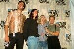 Nirvana aastal 1993. Vasakult: Chris Novoselic, Dave Grohl ja Kurt Cobain koos fänniga.