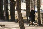 Britta Soll lapsega jalutamas.