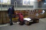 Tsirkusekorraldajad plakateid kleepimas