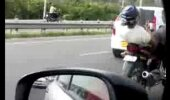 VIDEO: Mees chillib mootorratta peal