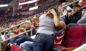 VIDEO | Kibe hetk suudluskaameras! Mees karistab naist, kui too keeldub teda suudlemast