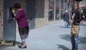 Huumorikas VIDEO: Vaata, kuidas neiu aitab pangaautomaadis hädasolevat naist