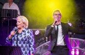 FOTOD: Anne Veski tänas Kuressaare kontserdipublikut ja andis laval koos Koit Toome ja Jüri Pootsmanniga võimsa etteaste