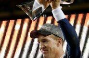 Denver Broncose mängujuht Peyton Manning võib täie õigusega imetleda Super Bowli karikat, Vince Lombardi Trophyt.