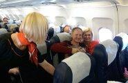 Armastus pilvepiiril! Riho Rõõmus pidas oma kaasaga lennuki pardal pulma-aastapäeva