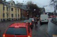 UUS LIIKLUSHULIGAAN: Närviline autojuht tekitab rea liiklusohtlikke olukordi ja seiskab sõneluseks liikluse