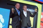 Microsofti juht Steve Ballmer (vasakul) ja Nokia president Stephen Elop tutvustasid 2012. aasta sügisel Windows 8 süsteemiga Nokia telefone. Mobiilimaailma omaaegse valitseja lõpliku hävinguni oli jäänud ainult kolm ja pool aastat.