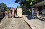 Purjus juht keeras veoauto bussipeatuses külili