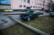 Vana elektriposti alla jäänud BMW