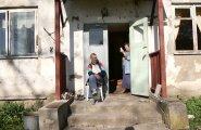 Jüri ja Sonja elavad Tudus pealtnäha muretult, kuid maja laguneb, vett ei ole ja laest kukub krohvi pähe.