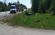 FOTO: Puurmani lähistel sõitis unise juhi juhitud auto teelt välja ja maandus katusele