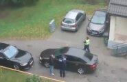 LUGEJA VIDEO: Juht blokeeris teisel autol tee, vaieldi pool tundi ja lõpuks kutsuti appi politsei