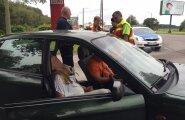 ФОТО и ВИДЕО: На Палдиском шоссе в автомобиле заснули водитель и пассажир