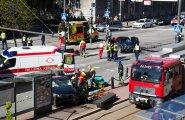 Oliver (Gregor) Kobingu juhitud BMW (keskel) löögist paiskus Mercedes-Benz bussipeatusse.