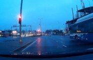 VIDEO: Liinibuss sõidab läbi punase tule alt ja teed ületavate jalakäijate nina eest