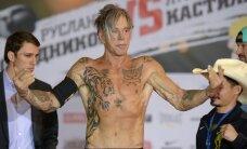 VIDEO: Poksiringi naasnud 62-aastane filmilegend Mickey Rourke nokauteeris Moskvas vastase!