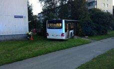 Päev liikluses: bussi üle juhitavuse kaotanud juht sõitis teelt välja vastu tänavavalgustusposti, kahe sõiduki kokkupõrkes sai viga 3 inimest