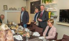 DELFI FOTOD: Presidendikandidaat Siim Kallas otsis abikaasaga poolehoidu Viljandimaa valijameeste seast