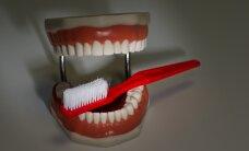 """Hambaarst: """"tervislike"""" mahlade joomise tulemusel võivad lapse hambad suhu ära mädaneda"""