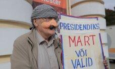 DELFI FOTOD: Mart Helme toetajad on suurte plakatitega Estonia juures meelt avaldamas