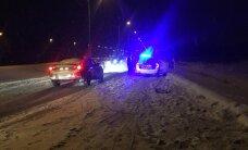 Liiklusõnnetuste kroonika: kaks vastassuunavööndisse kaldumist lõppesid kokkupõrkega teiste sõidukitega, kaks alkoholi joobes juhti sõitsid teelt välja