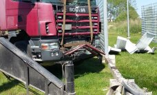 ФОТО: В Тарту грузовик протаранил забор тюрьмы
