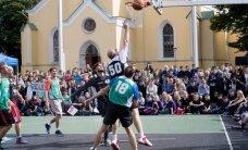 FOTOD JA VIDEO: Kaks legendaarset Tallinna kooli tähistasid juubelit Vabaduse väljakul korvpallilahingutega