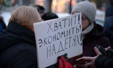 ФОТО и ВИДЕО: В Нарве прошел пикет против переноса детского отделения больницы во взрослое