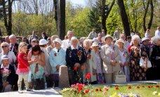 ФОТО: Братская могила в Кохтла-Ярве утонула в цветах