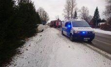 ФОТО: В Тартумаа в столкновении двух легковушек и микроавтобуса пострадал человек