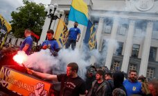 ФОТО: Беспорядки в Киеве — дымовыми шашками забросали здание парламента