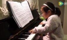 TÕELINE TALENT! 3-aastane plikatirts vihub klaverit nagu elukutseline proff