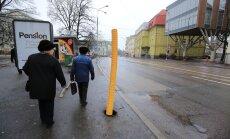 DELFI FOTOD: Pärnu maanteele kukkunud tänavapostid on asendatud ajutiste torudega