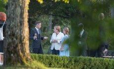 ФОТО и ВИДЕО: Рыйвас с супругой и Ангелой Меркель перед ужином прогулялись по летнему саду мызы