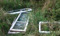 """FOTO: """"Loodusesõber"""" viskas oma vanad aknad järve kaldale kildudeks"""