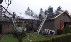 ФОТО: От удара молнии загорелось двухэтажное здание