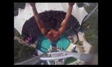 VIDEO: Ekstreemsportlane sooritas 25 meetrilt hullumeelse vettehüppe