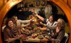 Kääbikliku õhtusöögi valmistasid ning sõid Heli Raamets, Tuuli Jõesaar, päkapikk, võlur, Bianca Mikovitš ja Kristel Kirss. Seinal on tuntud kirja- ja rännu- mehe Bilbo Bagginsi vanemate (Bungo Baggins ning laialt tuntud Belladonna Took, üks vana Tooki k