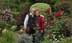 Elgi ja Viktor Treimuth oma suvekodu kaunis aias.
