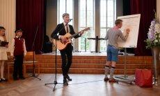 VIDEO: Karl-Erik Taukar lasi esimese koolipäeva puhul kuuldavale humoorika laulukese, mis sündis kohapeal