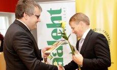 Põllumajandus-kaubanduskoja juhatuse esimees Roomet Sõrmus õnnitleb Tanel Bulitkot.
