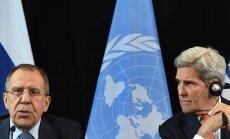 Äsja Süüria vaherahu saabumise välja kuulutanud USA välisminister John Kerry (paremal) kuulas, kuidas Vene kolleeg Sergei Lavrov rääkis paberite täitmisest.