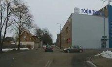 VIDEO: Autojuht sõidab tuimalt kahe keelumärgi vahelt läbi