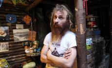 Русский хоббит под Москвой: дом-нора, солнечные батареи и кролик Петрушка