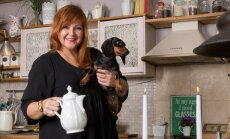 Marika katab oma külalistele rõõmuga kauni kohvilaua.