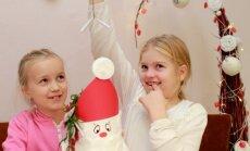 Anete ja Melissa-Berit kirjutasid jõulukalendri sedelitele oma pere tarbeks palju vallatuid ülesandeid. Küll see jõuluootus saab nüüd lõbus olema!