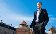 Nüüdne linnaametnik Margus Metstak, taustaks pea- ja kodulinna ajaloolised tornid.