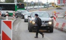 DELFI FOTOD: Koolijütsid suunduvad läbi teetöödest halvatud Tallinna liikluse aktusele