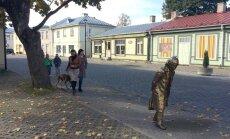 Gunnari kuju kavand on paigutatud Haapsalu Karja tänavale juhuslikult valitud paika. Montaaž annab ettekujutuse, kuidas see taies linnapildis mõjuks.
