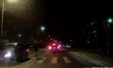 PARDAKAAMERA VIDEO: Kaks last oleks Viljandis äärepealt auto alla jäänud